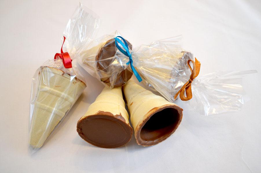 Téli fagyi lépésről lépésre: kimártott tölcsér, betöltött fagyi, csomagolt temék